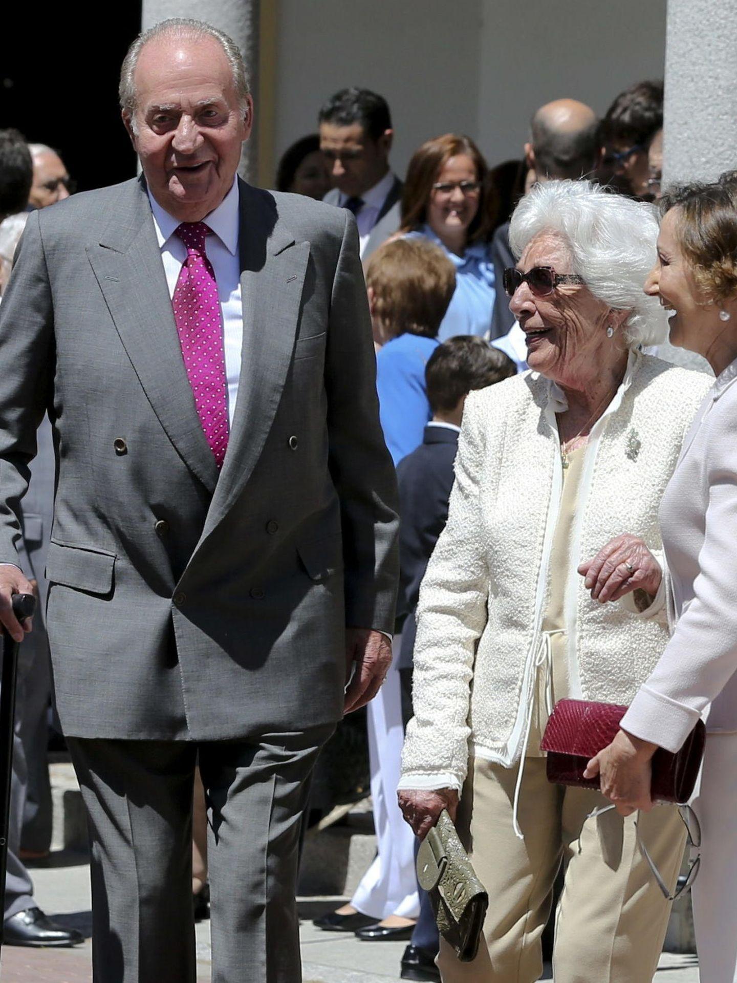 Don Juan Carlos, junto a la madre y la abuela de Letizia. (EFE)