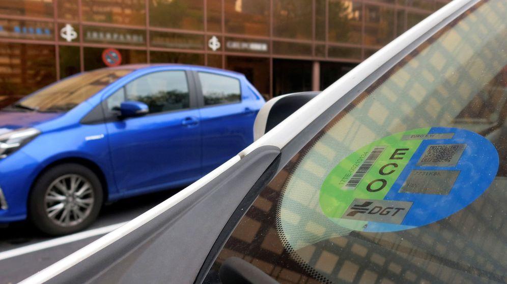 Foto: Este 24 de abril entra en vigor la obligatoriedad de llevar el distintivo ambiental de la Dirección General de Tráfico para circular por la ciudad de Madrid. (EFE)