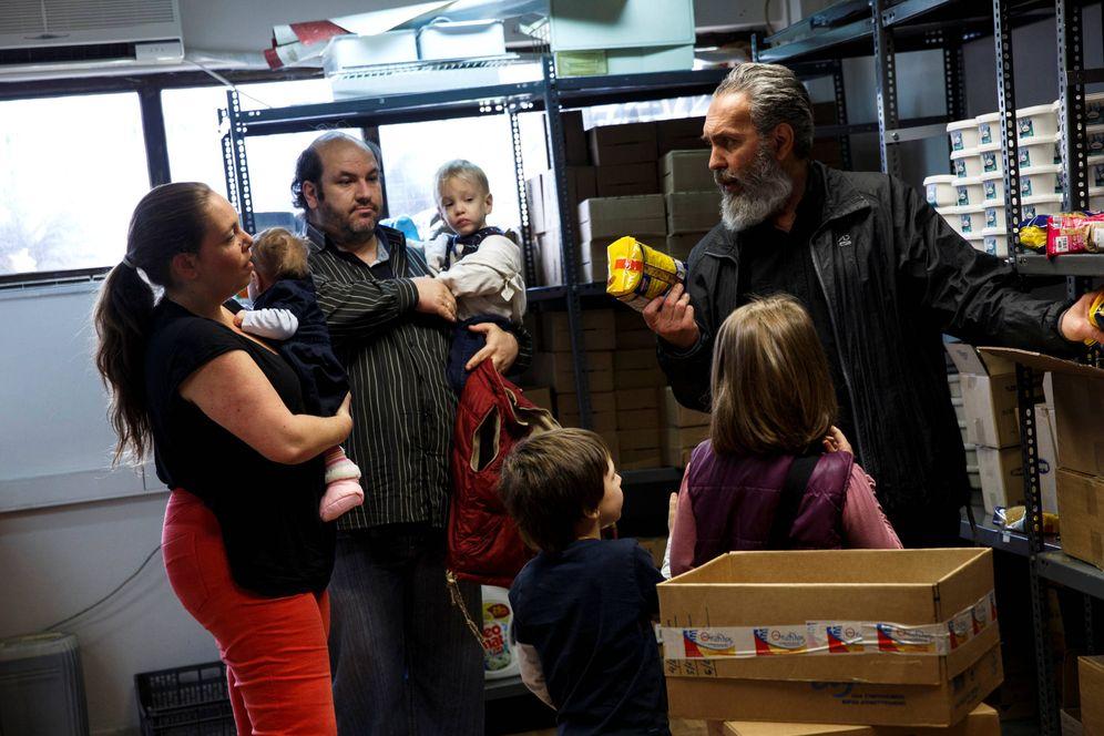 Foto: La familia Argyros recibe alimentos de una ONG que ayuda a familias numerosas, en Atenas. (Reuters)