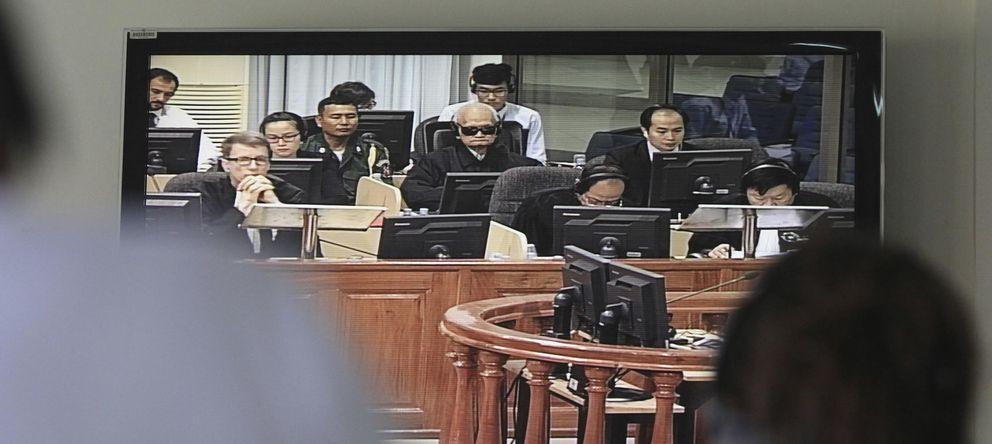 Foto: El líder de los jemeres rojos Nuon Chea, conocido como Hermano número dos, ante el tribunal este viernes 17 de octubre (Reuters).