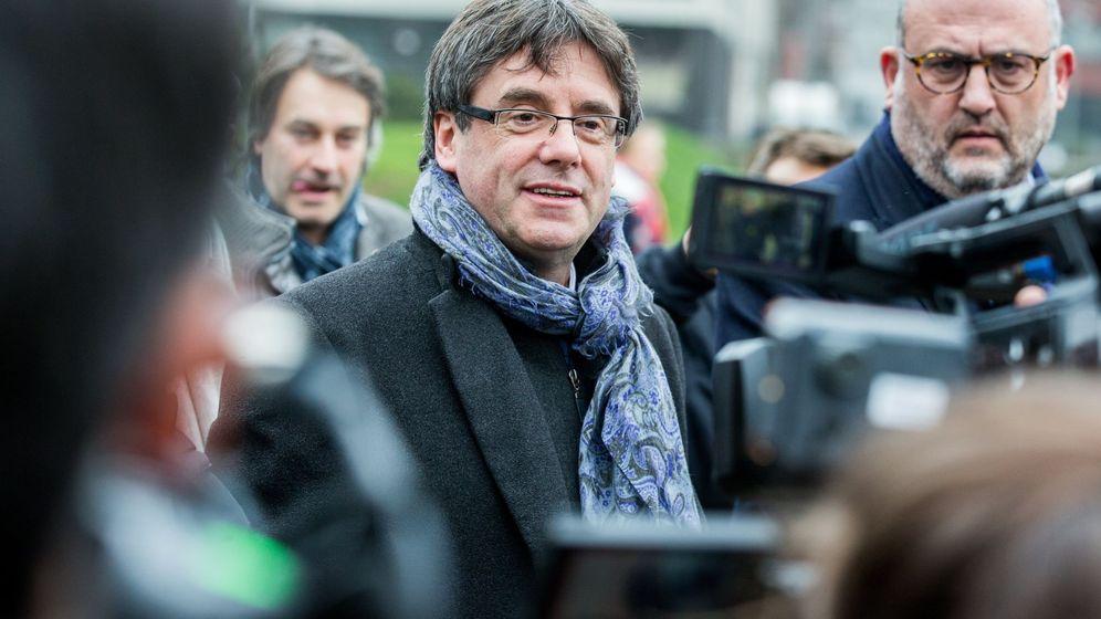 Foto: El expresidente catalán Carles Puigdemont (c) atiende a los medios el pasado 12 de enero. (EFE)