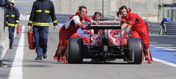 Foto: El Ferrari de Fernando Alonso en el pitlane de Bahrein.