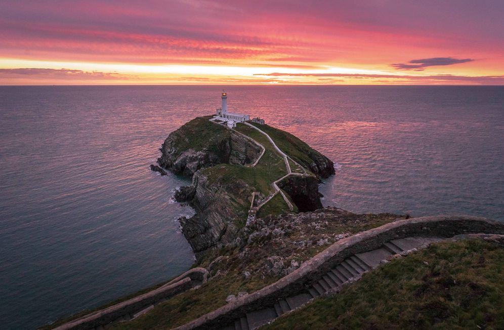 Foto: El faro de Anglesey, al norte de Gales. (Foto: Visit Gales)