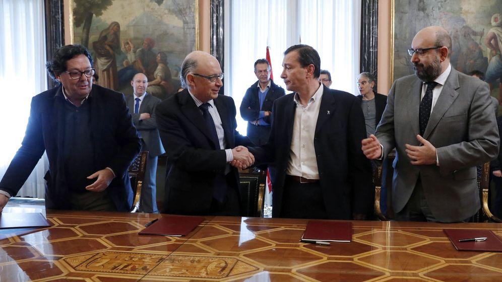 Foto: El ministro de Hacienda, Cristóbal Montoro, firma el acuerdo de empleo de 2017 con los sindicatos. (EFE)