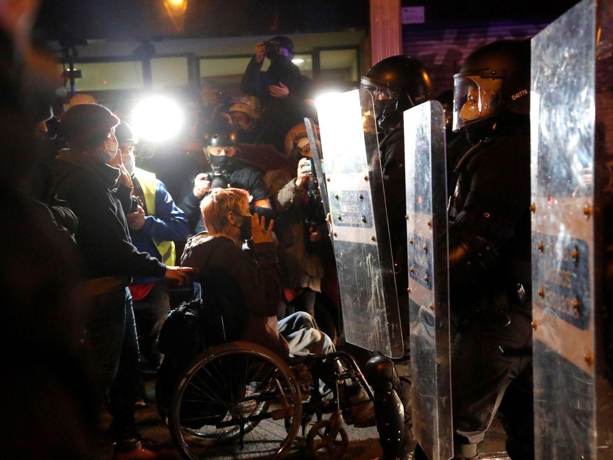 Foto: Manifestación por la libertad del rapero Pablo Hasél en Barcelona. (EFE)