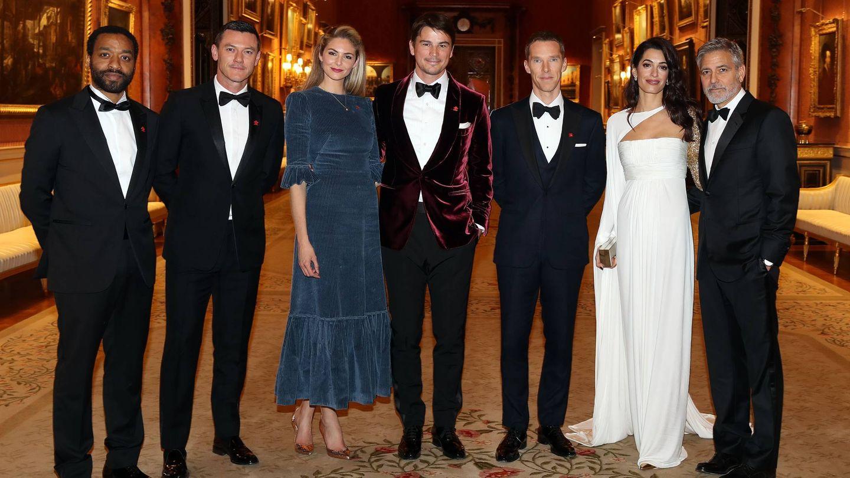 Invitados a la cena benéfica de The Prince's Trust en Buckingham Palace. De izquierda a derecha: Chiwetel Ejiofor, Luke Evans, Tamsin Egerton, Josh Hartnett, Benedict Cumberbatch, Amal Clooney y George Clooney. (Getty)