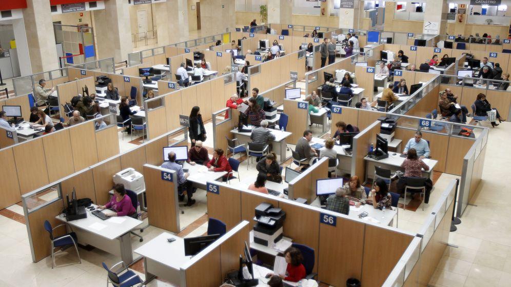 Foto: Zona de atención al ciudadano de una de las oficinas de la Agencia Tributaria. (EFE)