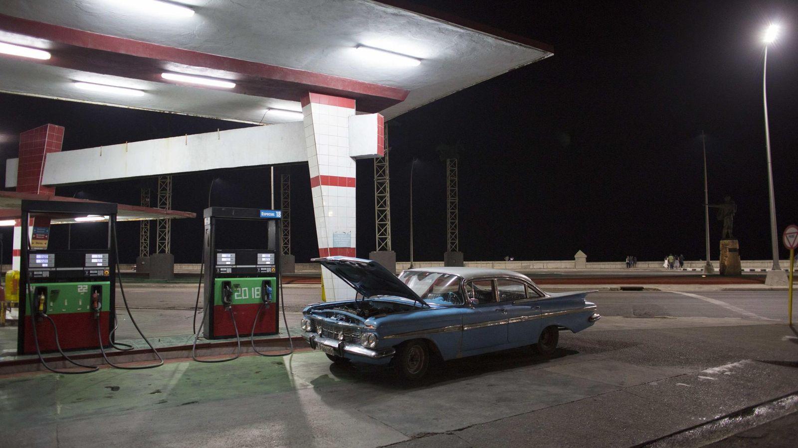 Foto: Un coche antiguo en una gasolinera frente al Malecón de La Habana, en enero de 2015 (Reuters)
