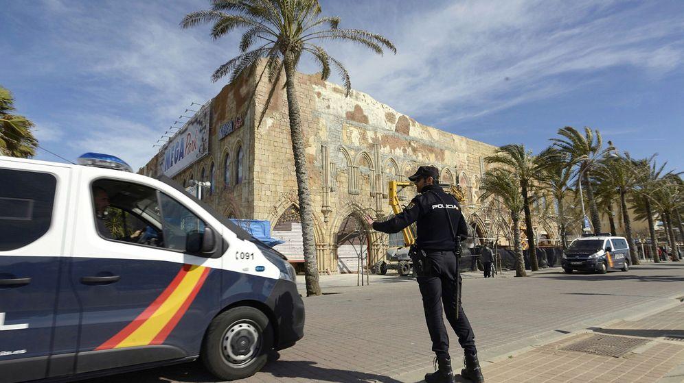 Foto: Un furgón de la Policía Nacional en la playa de Palma de Mallorca. (EFE)