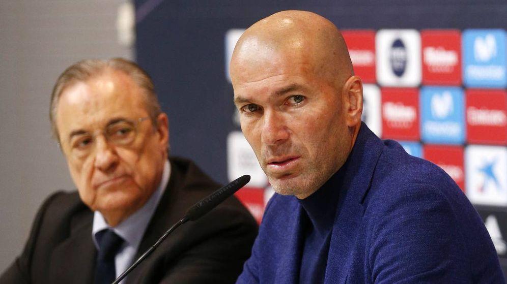 Foto: Florentino Pérez escucha a Zidane el día de su despedida. (EFE)
