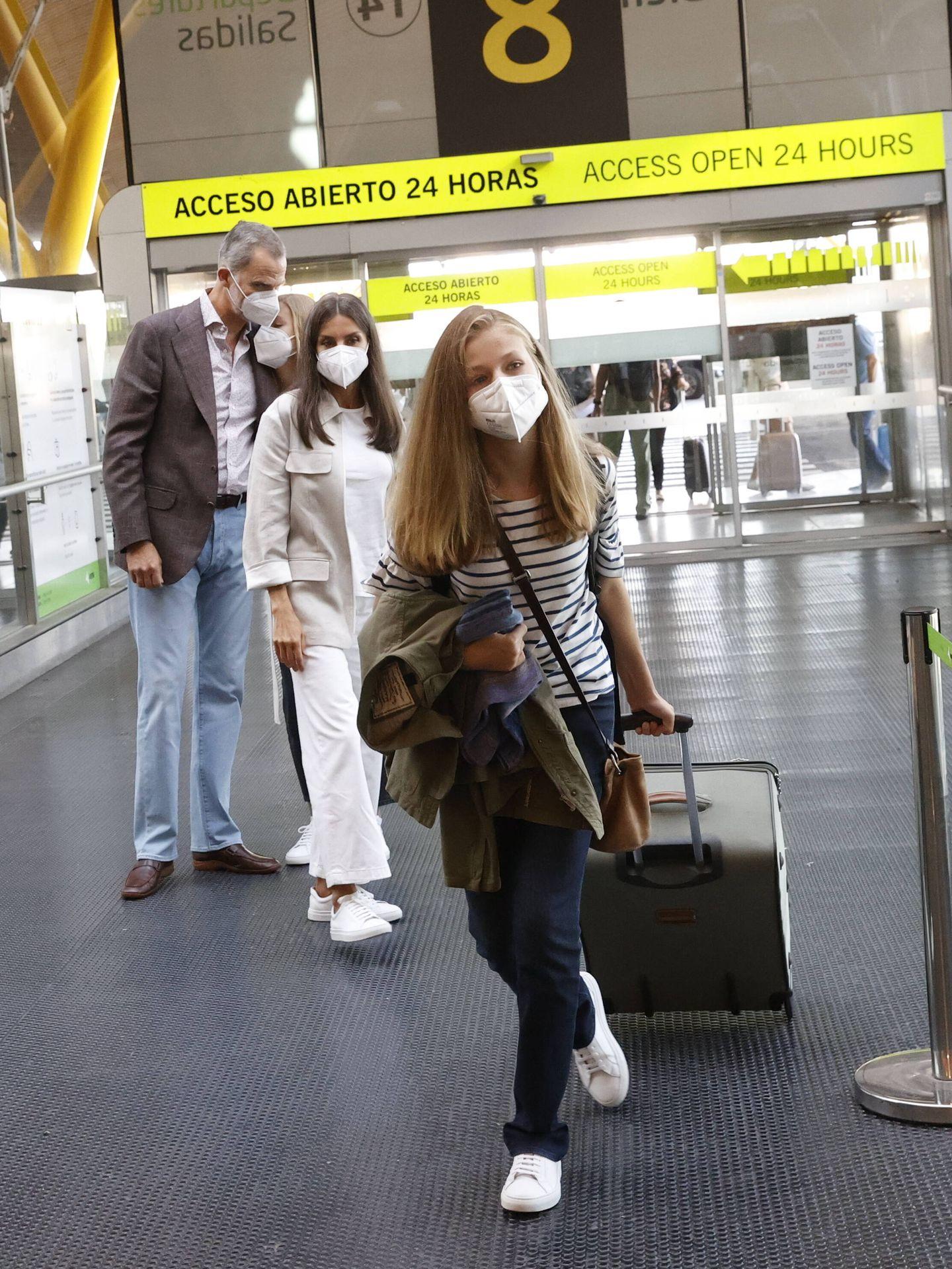 La despedida de Leonor en el aeropuerto, con la infanta Sofía desconsolada. (Casa de S. M. el Rey)