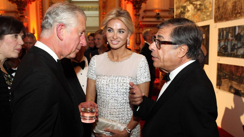 El príncipe Carlos conversa con Bob Colacello en presencia de Corinna Larsen. (Getty)