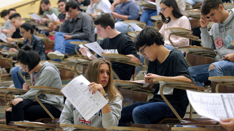 Foto: Alumnos realizan exámenes durante la Selectividad 2018 | EFE