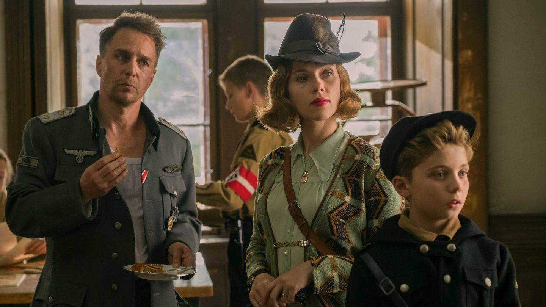 Sam Rockwell, Scarlett Johansson y Roman Griffin Davis, en 'Jojo Rabbit'. (Fox)