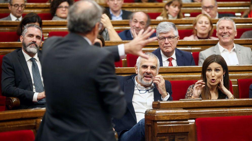 Foto: La lider de Ciudadanos en Cataluña, Lorena Roldán (d), escucha una respuesta del presidente de la Generalitat. (EFE)