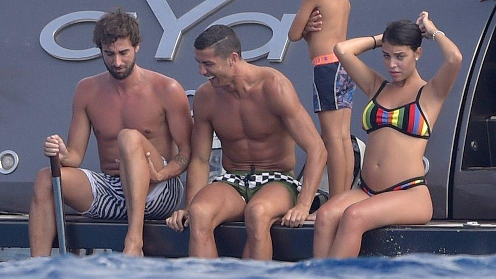 Foto: Cristiano Ronaldo disfruta con sus amigos de un yate en el Mediterráneo. (EFE)