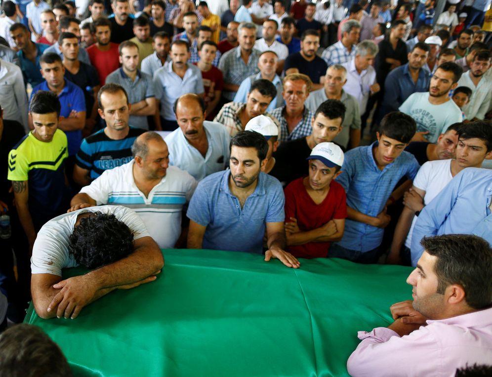 Foto: El familiar de una de las víctimas del atentado de Gaziantep durante su funeral, el 21 de agosto de 2016 (Reuters).