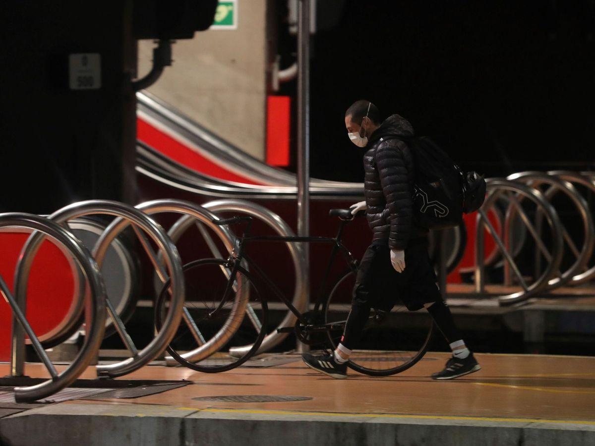 Foto: Un hombre se dispone a subir las escaleras en la estación de Atocha, en Madrid. (EFE)