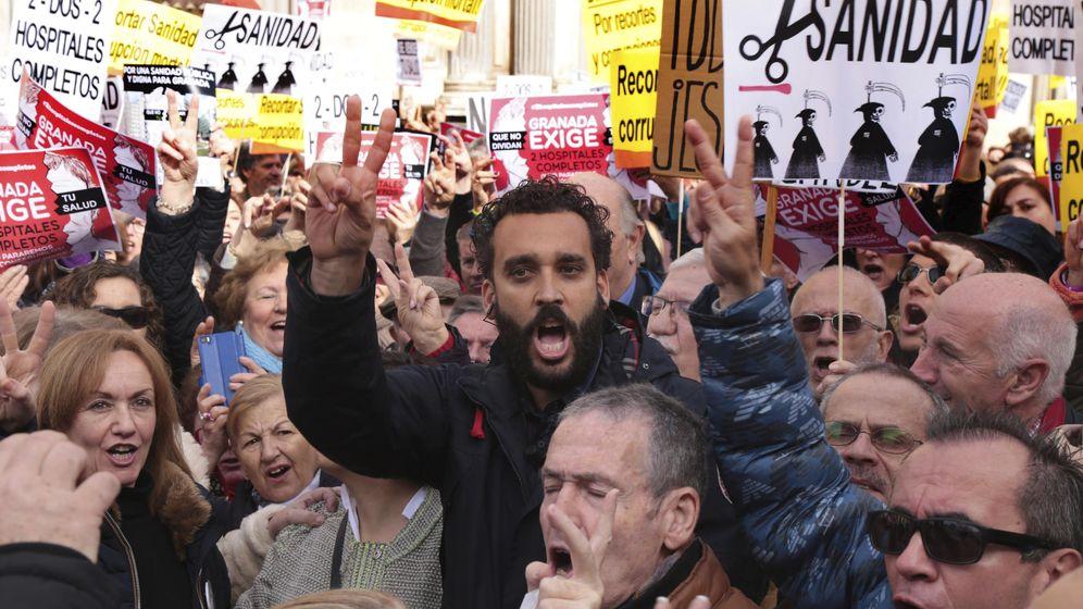 Foto: Spiriman, en una de las concentraciones contra la fusión hospitalaria en Granada. (EFE)