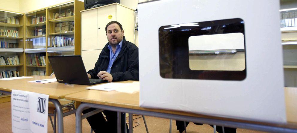 Foto: Junqueras, en la mesa en la que ha ejercido como presidente en Sant Viçenc dels Horts. (Efe)