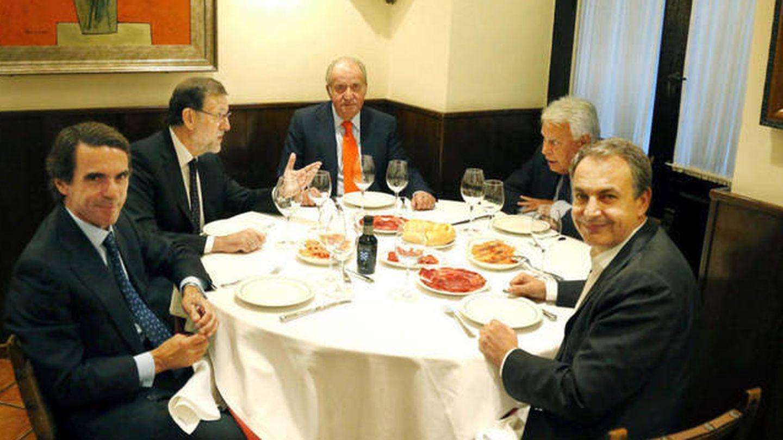 Aznar, Rajoy, don Juan Carlos, Felipe González y Zapatero, en Casa Lucio. (EFE)
