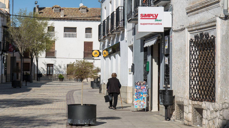Una mujer mayor camina por el centro de Fuentidueña de Tajo. (D.B.)