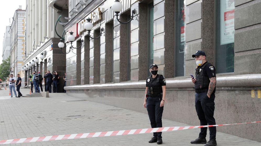 Foto: Oficiales de policía frente al banco secuestrado. (Reuters)