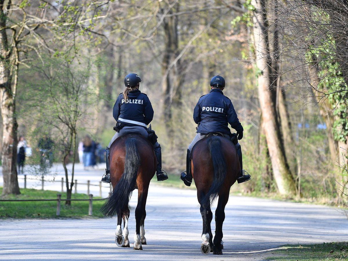 Foto: La policía alemania en un parque de Múnich casi vacío este viernes (EFE)