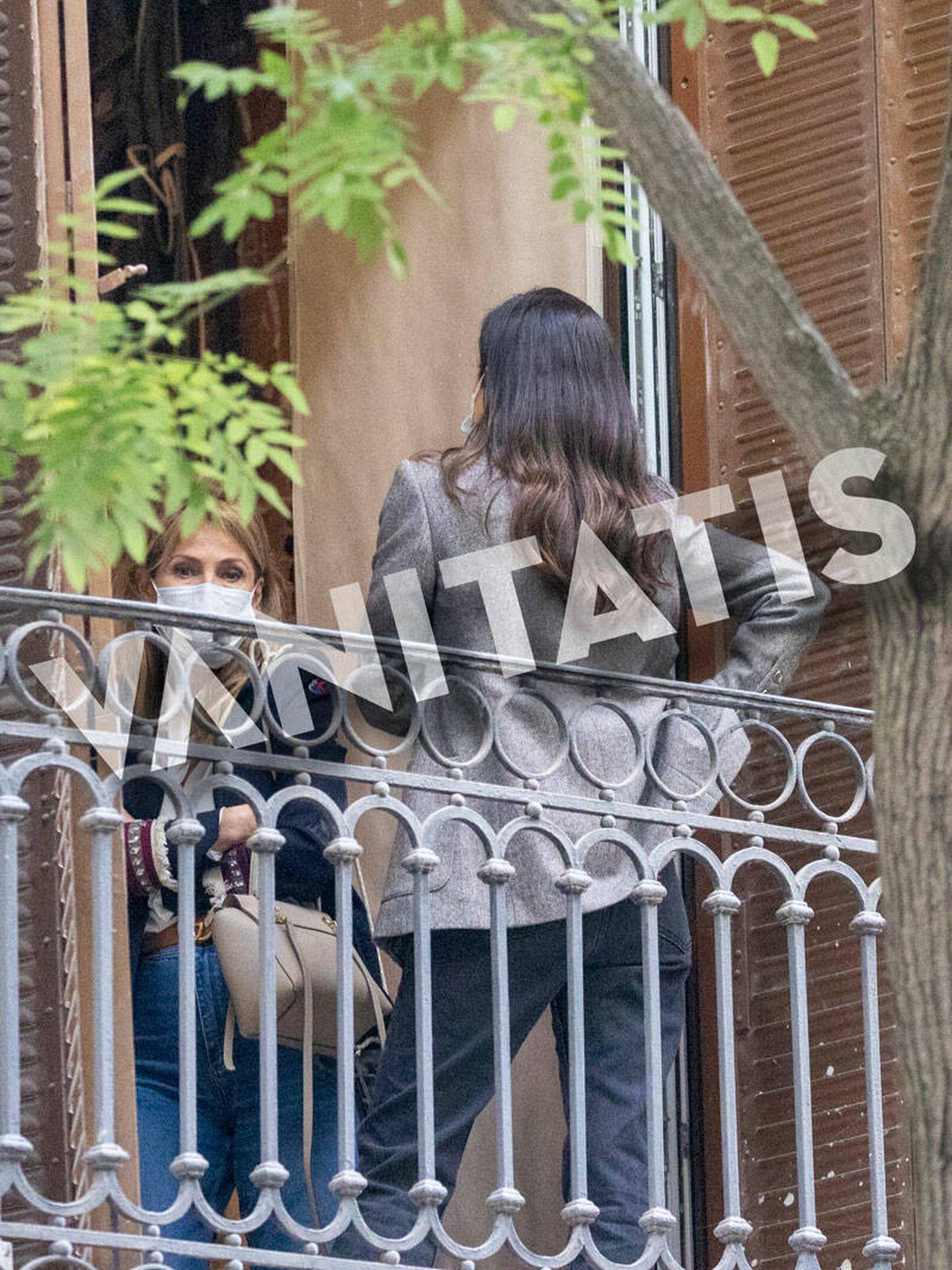 Sassa y su madre comentan los avances de la obra desde el balcón. (Ram Press)
