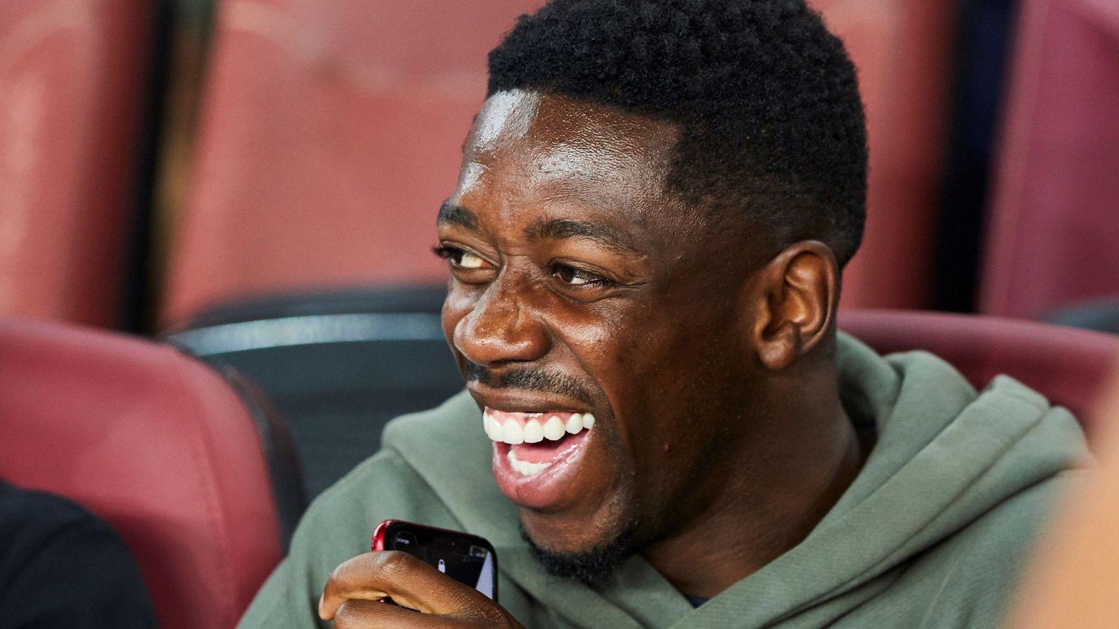 Foto: Ousmane Dembélé, sonriente, en la grada del Camp Nou. (EFE)