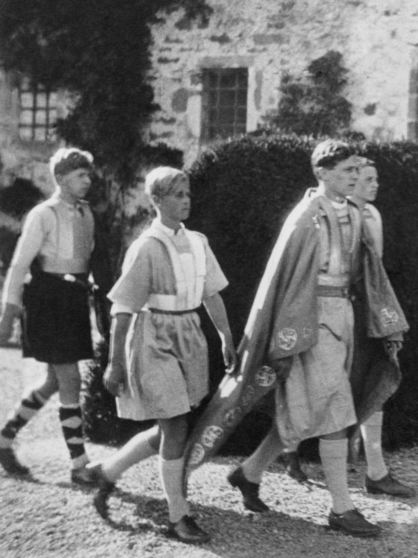 El príncipe Felipe, segundo por la izquierda, en 1935. (Cordon Press)