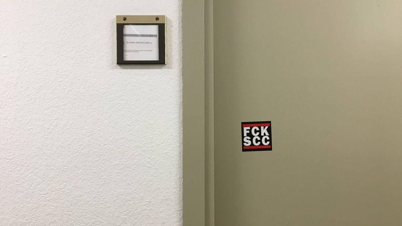Pegatina con el logo 'FCK SCC' en la puerta del expresidente de SCC.