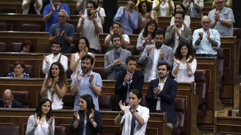 Foto: El líder de Podemos, Pablo Iglesias (d, abajo), y los diputados de su grupo parlamentario. (EFE)