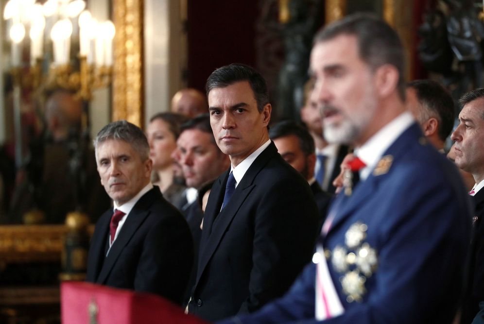 Foto: Pedro Sánchez y el ministro del Interior en funciones, Fernando Grande-Marlaska, escuchan al Rey durante su discurso en la Pascua Militar, este 6 de enero. (EFE)