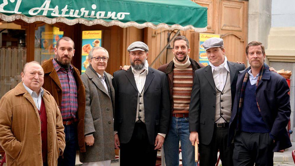Foto: Los miembros de La Resistencia y Esteso, junto a los actores de Amar es para siempre (Foto: Twitter)
