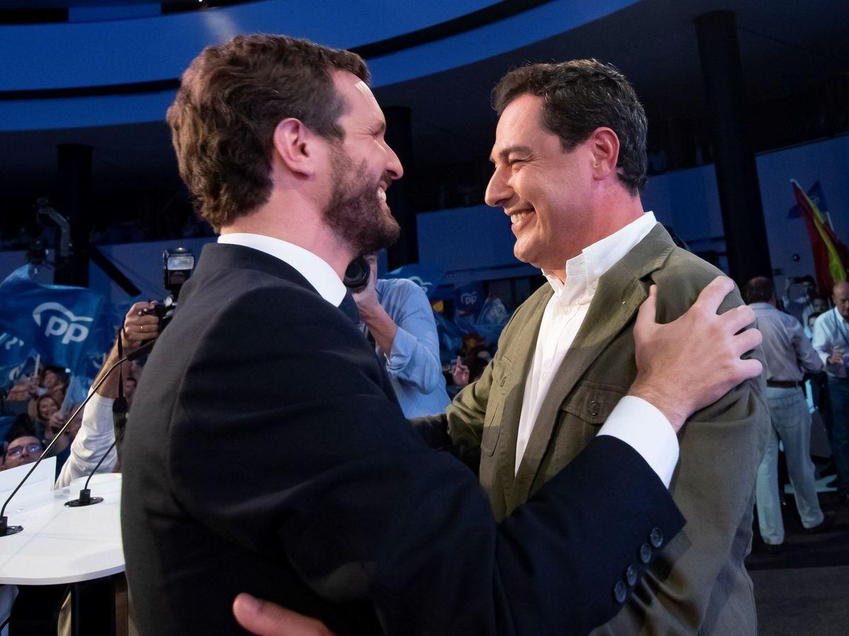 Foto: El líder del PP, Pablo Casado (i), abraza al del PP-A y presidente de la Junta de Andalucía, Juanma Moreno. (EFE)