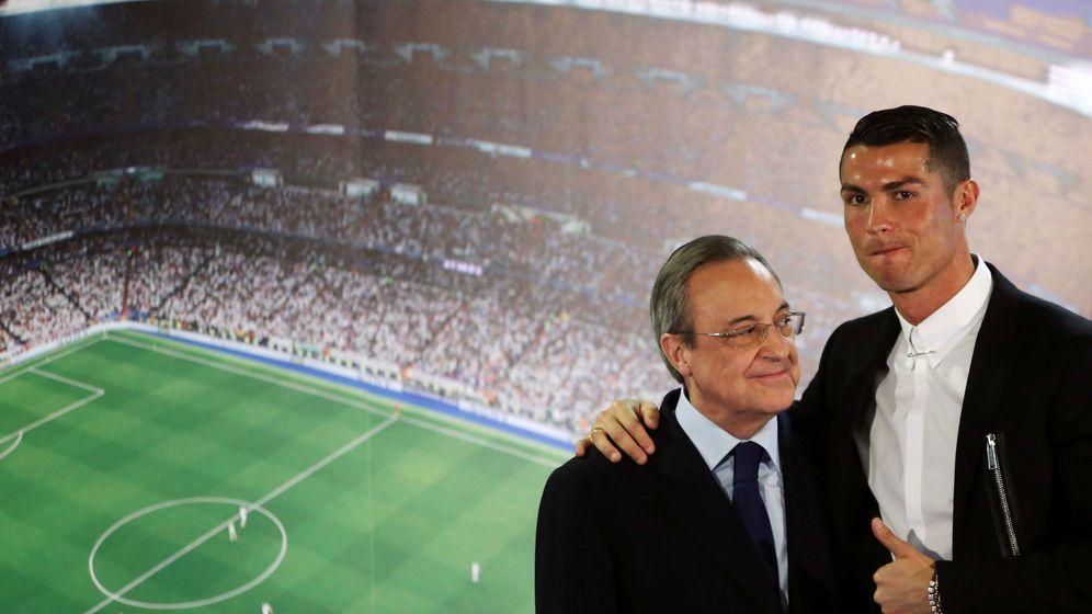 Foto: Cristiano y Florentino posan en una renovación. (Reuters)