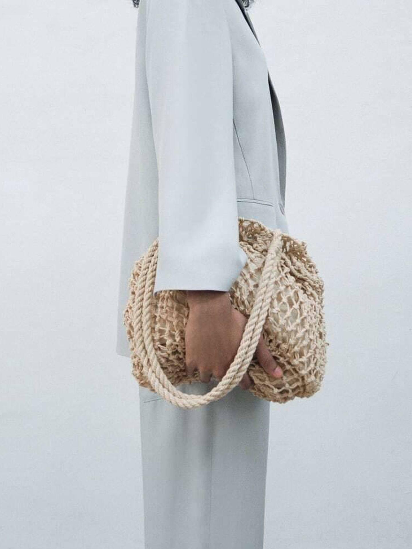 El bolso shopper trenzado de Zara. (Cortesía)