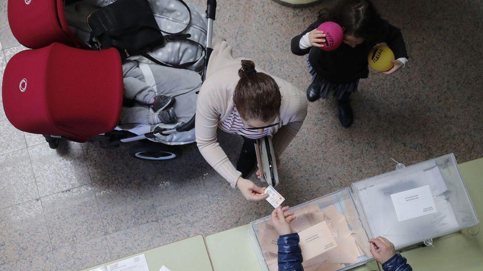 Foto:  Una persona ejerce su derecho al voto para las elecciones generales del 28-A. (EFE)
