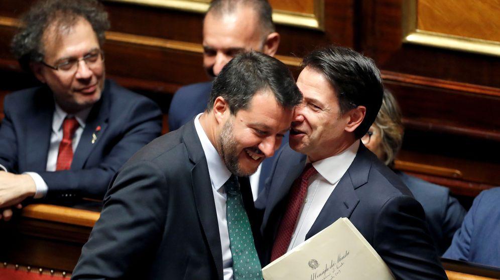 Foto: Giuseppe Conte, a la izquierda, conversa con Matteo Salvini en el Senado. (Reuters)