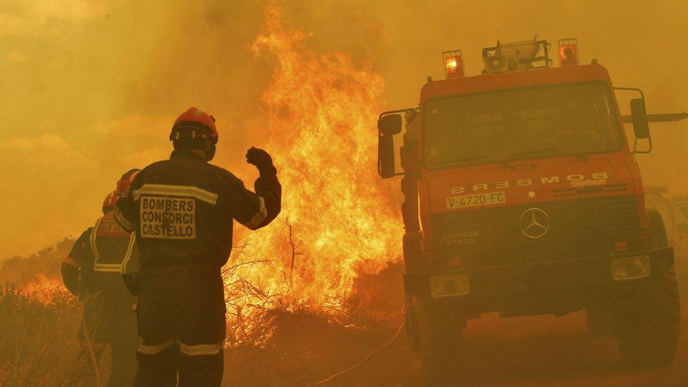 Foto: Bomberos trabajando en el incendio de a Sierra Calderona. (EFE)