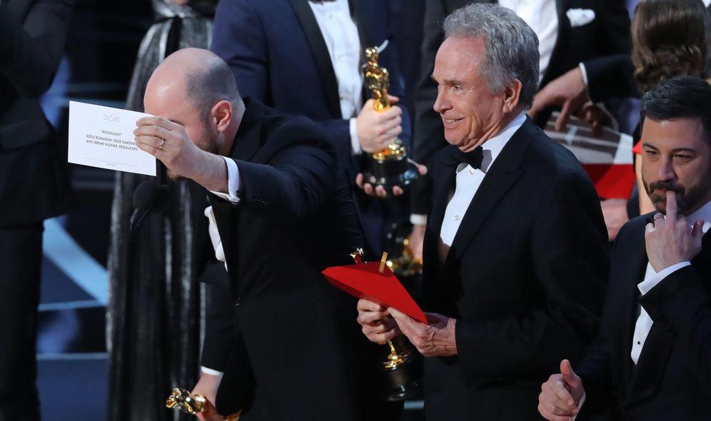 Foto: Jordan Horowitz, productor de 'La la Land', corrige a Warren Beatty y muestra el cartón que da a 'Moonlight' el oscar a Mejor Película