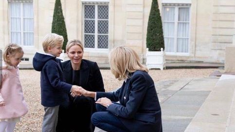 Brigitte Macron 'babea' con Jacques y Gabriella de Mónaco en una visita privada