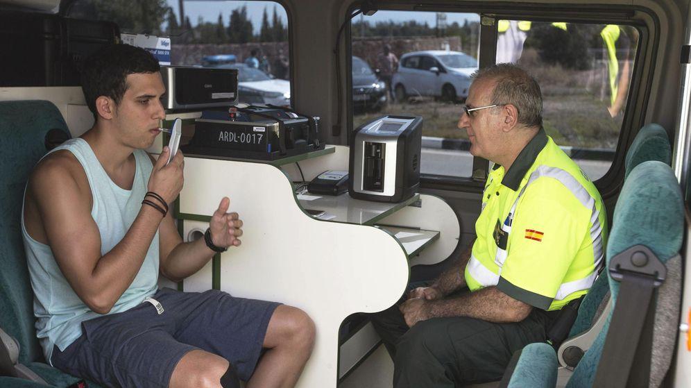 Foto: Un conductor se somete a una prueba de drogas realizada por un agente de la Agrupación de Tráfico de la Guardia Civil. (EFE)