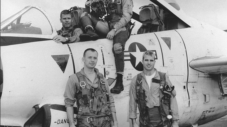 John McCain, abajo a la derecha, con su escuadrón de la Marina en 1965. (EFE)