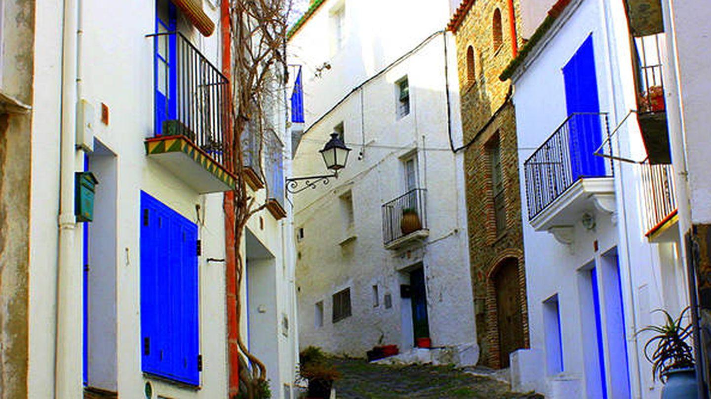 Una calle en blanco y azul de este pueblo de pescadores. (Visit Cadaqués)