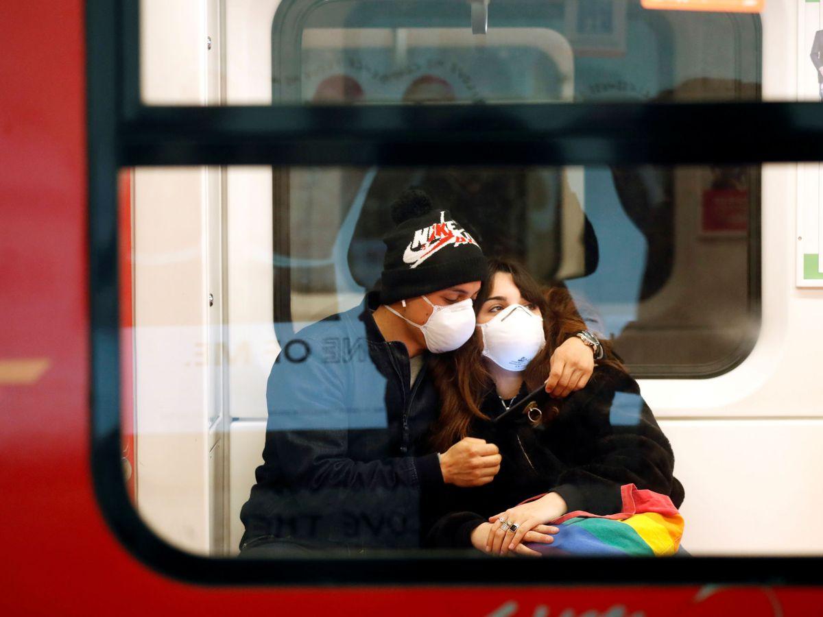 Foto: Una pareja, en el metro de Milán. (Reuters)