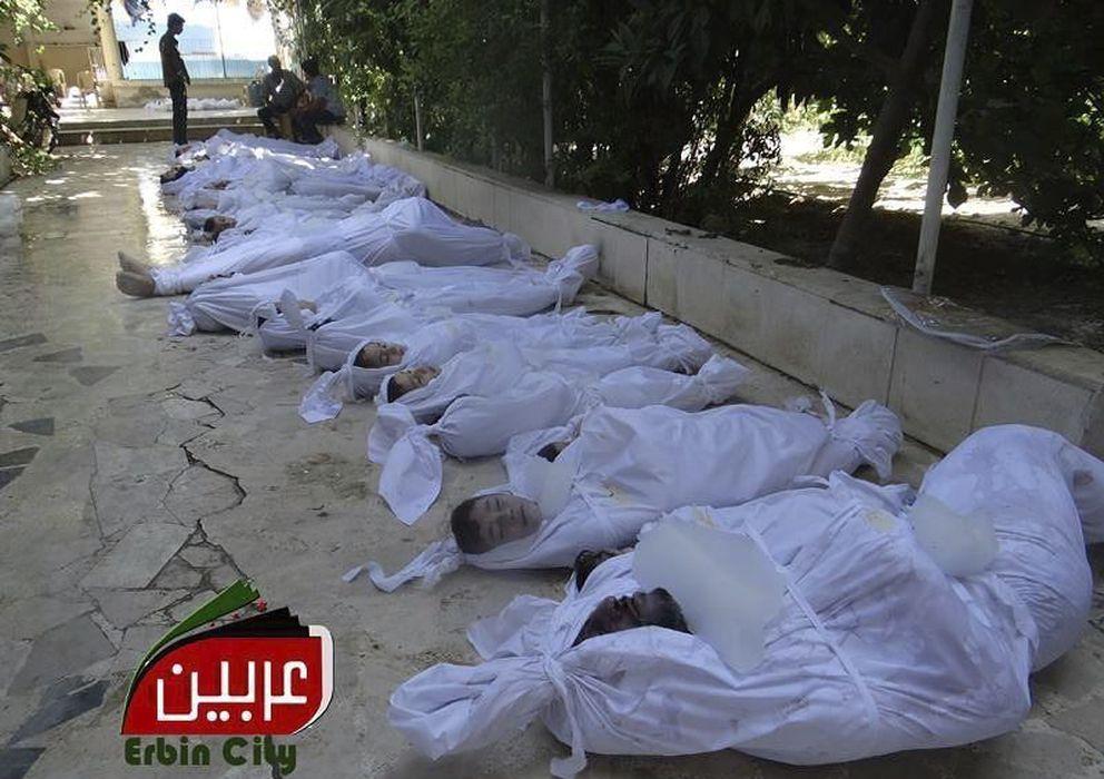 Foto: Fotografía facilitada por el comité local de arbeen que muestra los cuerpos sin vida de varios sirios tras un supuesto ataque con gases tóxicos. (efe)