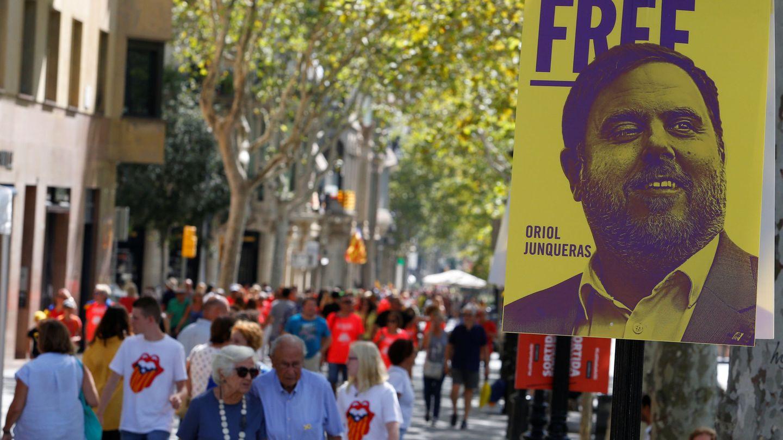 Cartel con la imagen de Junqueras durante la Diada de 2018. (Reuters)