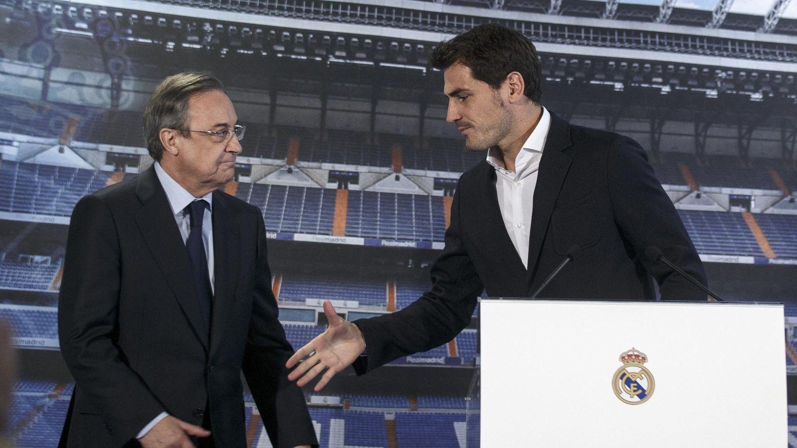 Foto: Casillas tiende la mano a Florentino el día de su despedida. (Reuters)